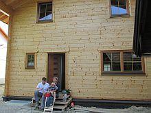 Familie Pömmerl in ihrem selbst ausgebauten Tiroler Holzhaus.